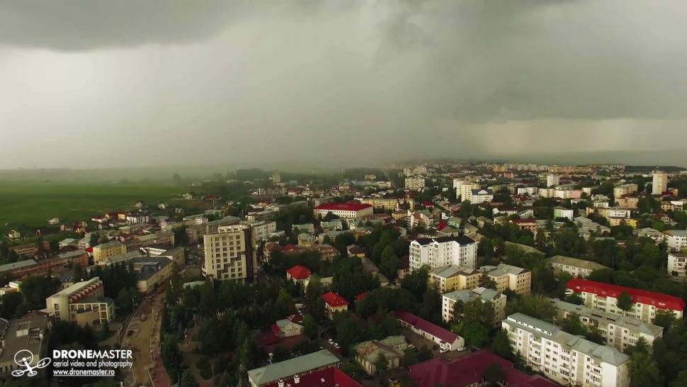 Embedded thumbnail for Cinci minute pana la inceperea furtunii - filmare aeriana Suceava