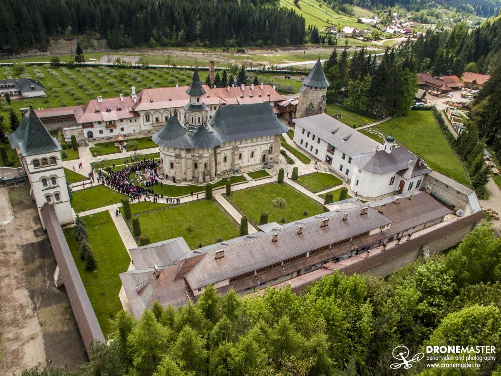 Manastirea Putna in timpul slujbei de la Izvorul Tamaduirii
