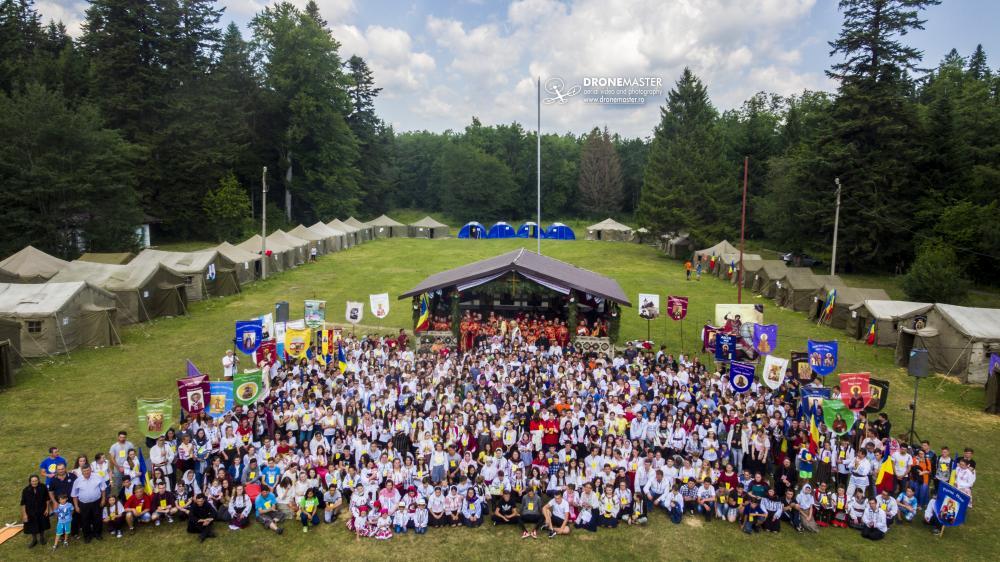 Fotografie de grup din a treia zi cu participantii de la Tabara Nemtisor. Pe scena din spate se afla si Mitropolitul Teofan al Moldovei si Bucovinei.